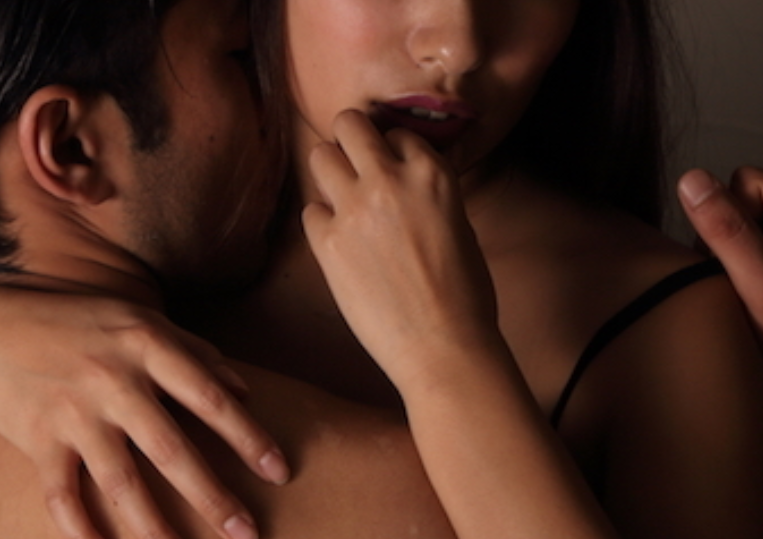 遠距離恋愛中のOLとセックス
