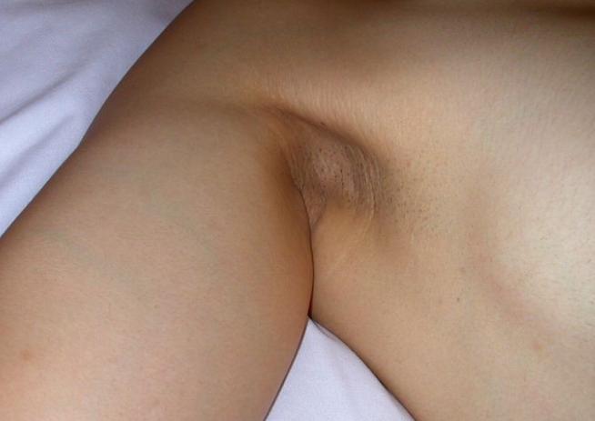 剃り残しのある女性の腋